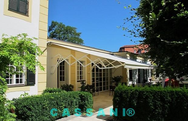 Terrassenüberdachung mit einer stabilen Scherenarmmarkise vom Markisenhersteller Cassani