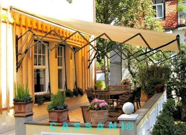 Terrassenüberdachung mit Scherenarmen von Markisen Hersteller Cassani