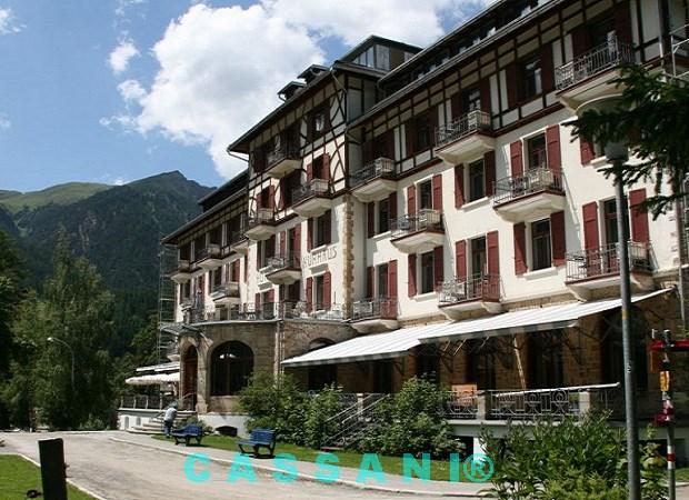Terrassen Markisen mit Scherenarmen vom Markisen Hersteller Cassani, Kurhaus Bellevue in der Schweiz