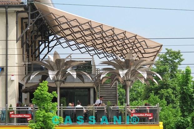 Textiles Terrassendach mit Scherenarmen für Gastronomie